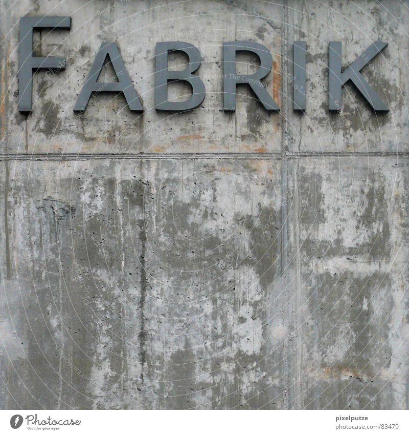 FABRIK Logo Firmenimage firmenintern Kapern Fabrik Beton Mauer massiv Stabilität Buchstaben Typographie Macht Quadrat Wand Arbeit & Erwerbstätigkeit Förderband