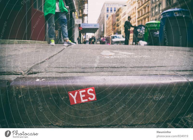YES Ferien & Urlaub & Reisen Mensch maskulin Frühling New York City USA Stadtzentrum Gebäude Fußgänger Bürgersteig Bordsteinkante Fußweg Fahrzeug Turnschuh