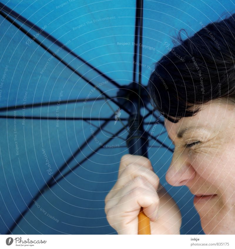 Q wie Qackwetter Mensch Frau blau Hand Gesicht Erwachsene Leben Gefühle Linie Freizeit & Hobby Wetter Regen Lifestyle Klima Ausflug Schutz