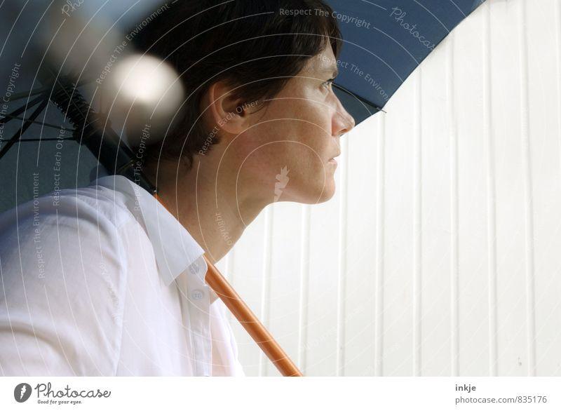 man munkelt, es soll Regen geben Mensch Frau blau weiß Sommer Gesicht Erwachsene Leben Gefühle Stimmung träumen Freizeit & Hobby Wetter Lifestyle nachdenklich