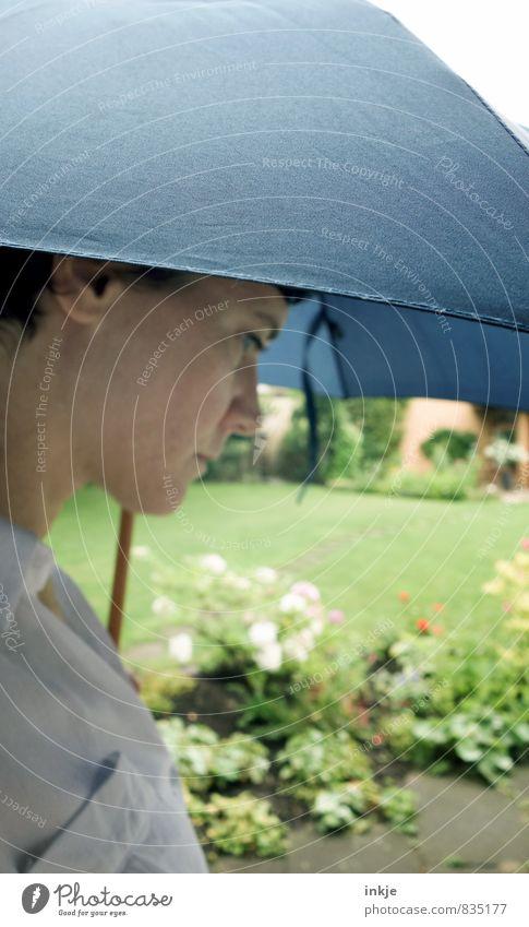 wechselhaft Lifestyle Stil Freizeit & Hobby Ausflug Garten Frau Erwachsene Leben Gesicht 1 Mensch 30-45 Jahre Sommer Klima Klimawandel Wetter Regen Regenschirm