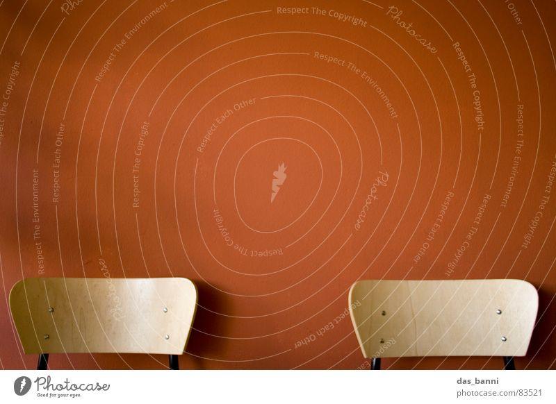 2 stuhl - Raum ist Luxus! rot ruhig Erholung Farbe kalt dunkel Wand Holz Stil Wärme Mauer Kunst Feste & Feiern Arme