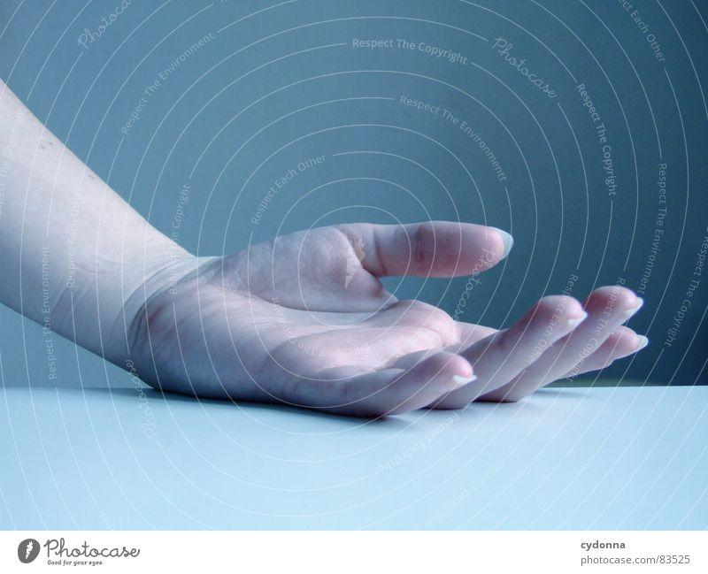 Abgelegt Hand Finger Daumen Zeigefinger Ringfinger kalt abgelegen hängen lassen Unterarm Tisch Stillleben einzigartig fremd ruhig Intuition bewegungslos schön