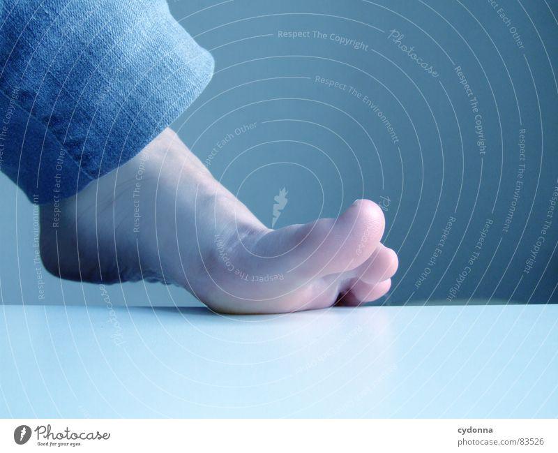 Aufgelegt Frau Mensch schön ruhig kalt Tod Gefühle Fuß Raum gehen Haut Tisch Elektrizität stehen einzigartig Jeanshose