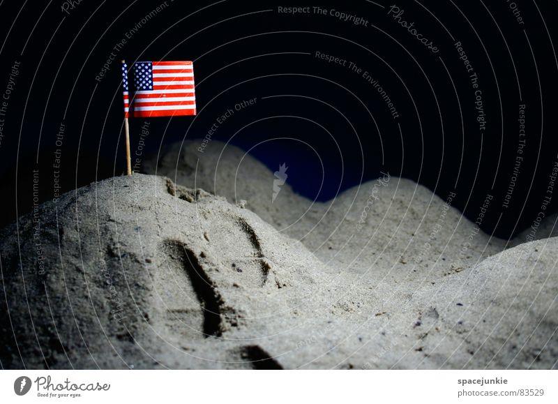 On the moon Freude dunkel USA Fahne Spuren Hügel Weltall Amerika Mond Fußspur Astronaut Vulkankrater aufschütten Mondlandschaft Mondlandung