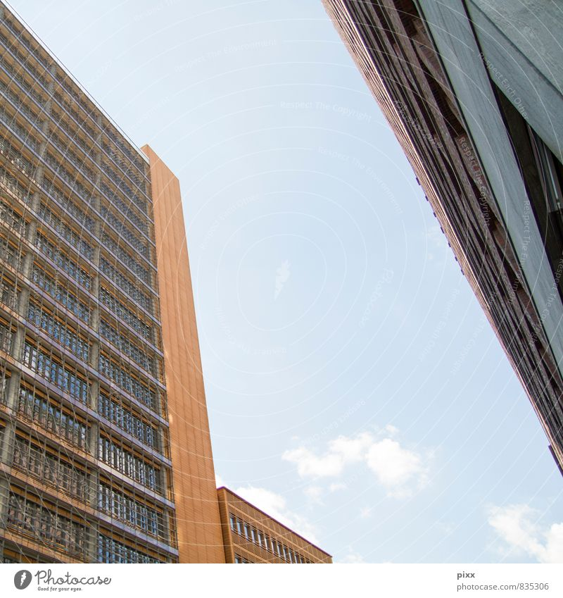 der himmel zwischen berlin Himmel blau Stadt Sommer Architektur Gebäude Berlin oben braun Arbeit & Erwerbstätigkeit glänzend Fassade Business Büro Hochhaus Glas