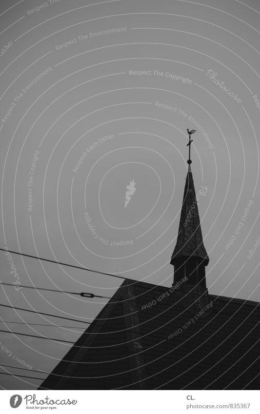 bild ohne botschaft Himmel Kirche dunkel trist Glaube Gesellschaft (Soziologie) Religion & Glaube Kirchturm Kirchturmspitze Schwarzweißfoto Außenaufnahme