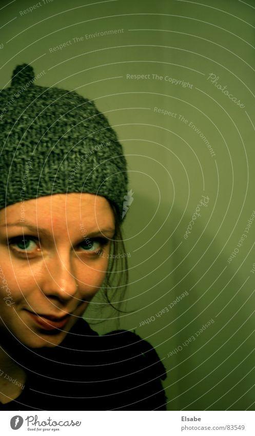 Wichtelmützenblick Frau Mütze Wolle Wand Porträt grün Verschmitzt Paris lieblich Freundlichkeit Schüchternheit Bekleidung Hut Gesicht Blick verstecken Versteck