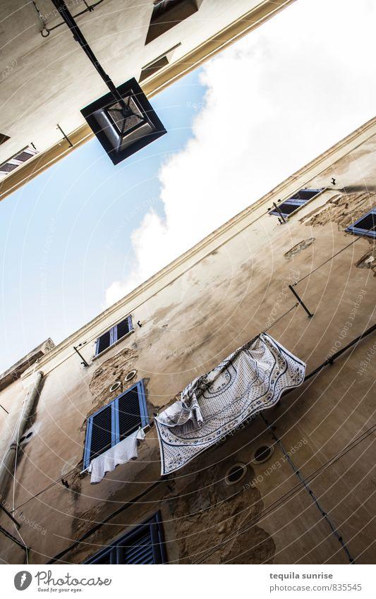 Blick nach oben Alghero Sardinien Stadt Hafenstadt Stadtzentrum Haus Hochhaus Gebäude Architektur Altbau Mauer Wand Fassade Fenster Bekleidung hell mediterran