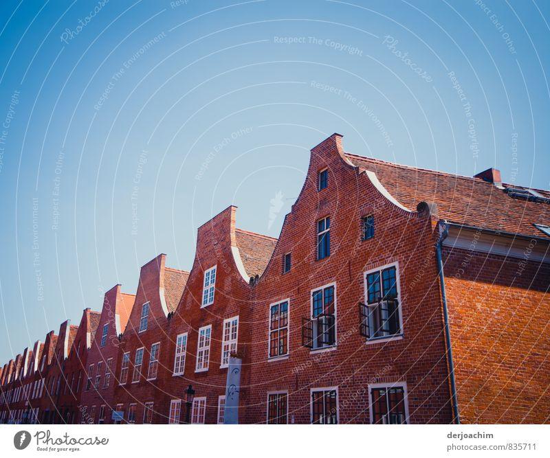 Giebelviertel alt Stadt Sommer Haus Architektur Gebäude Stil Holz außergewöhnlich träumen Deutschland orange Häusliches Leben Design Glas Schönes Wetter