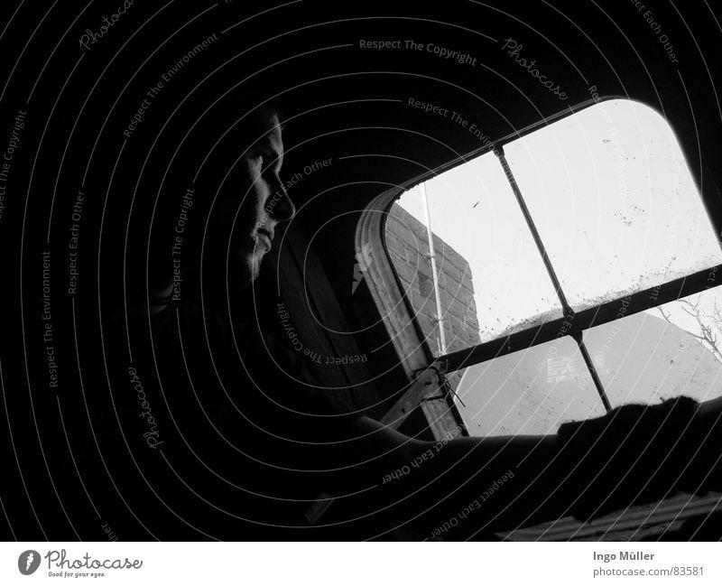der Blick in die Welt... Mensch Mann Himmel schwarz dunkel Fenster klein Glas maskulin groß Horizont Perspektive trist Aussicht Bodenbelag beobachten