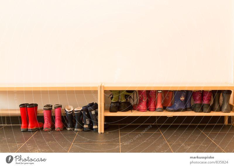 kita kindergarten schuhe Kind Mädchen Junge sprechen Spielen springen Arbeit & Erwerbstätigkeit Wachstum sitzen Kindheit Schuhe laufen lernen Abenteuer Bildung Team