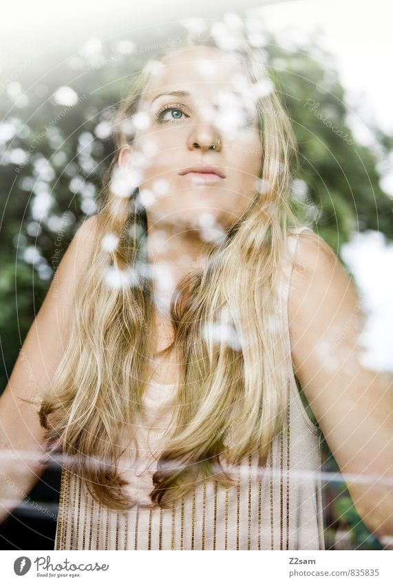Junge Frau sieht verträumt aus dem Fenster elegant Stil schön feminin Jugendliche 18-30 Jahre Erwachsene Natur Sommer Schönes Wetter Pflanze Baum Sträucher Mode