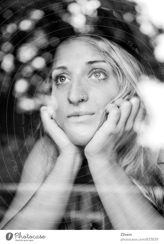 Das Leben ist schön Lifestyle elegant Sommer feminin Mädchen Frau Erwachsene 18-30 Jahre Jugendliche Natur Schönes Wetter Baum Sträucher Fenster Piercing