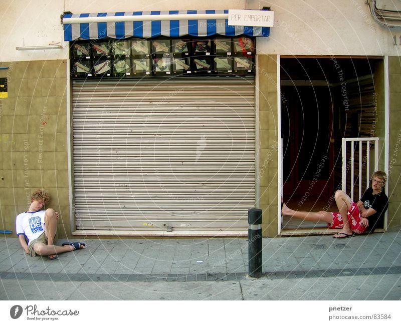 Nach einer langen Nacht Freude Feste & Feiern kaputt Club Brot Müdigkeit Spanien fertig Schwäche flau verschlafen ermüden Tanzlokal schlaftrunken