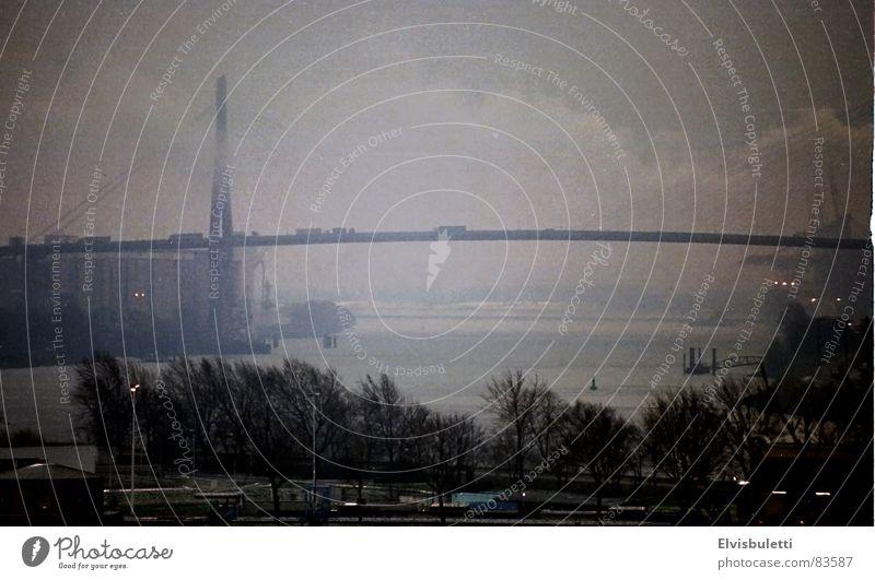 Überführung Nebel schlechtes Wetter Vignettierung Brücke Altona Aussicht Elbe Hafen transit