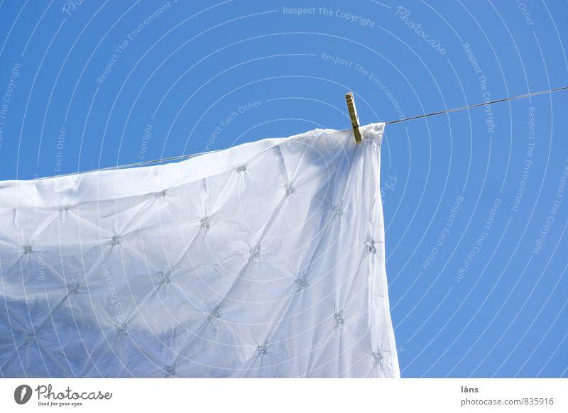 Himmelbett blau weiß Sonne Bettwäsche hängen trocknen Wäscheleine Wäscheklammern