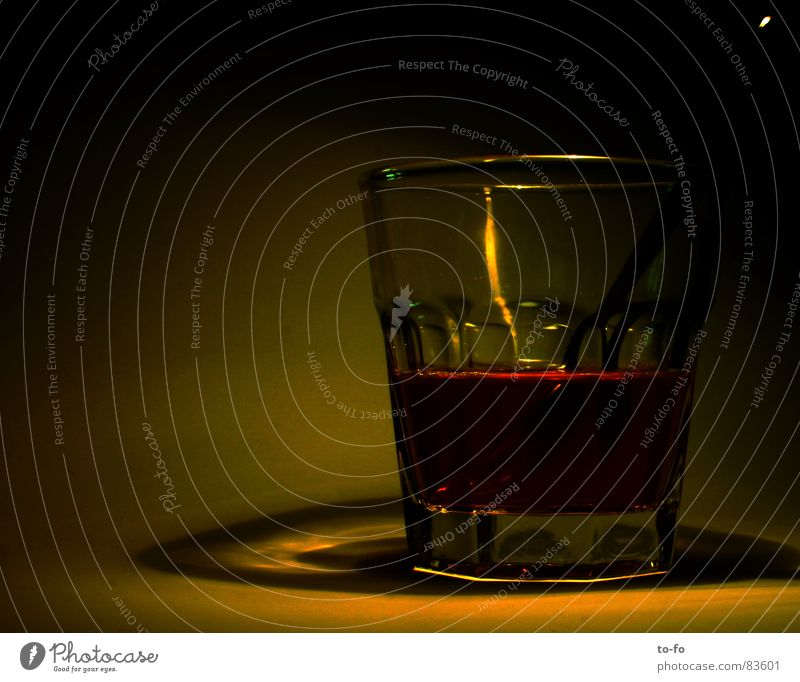 halbleer Lampe dunkel Glas Getränk trinken Tee Haushalt halbvoll