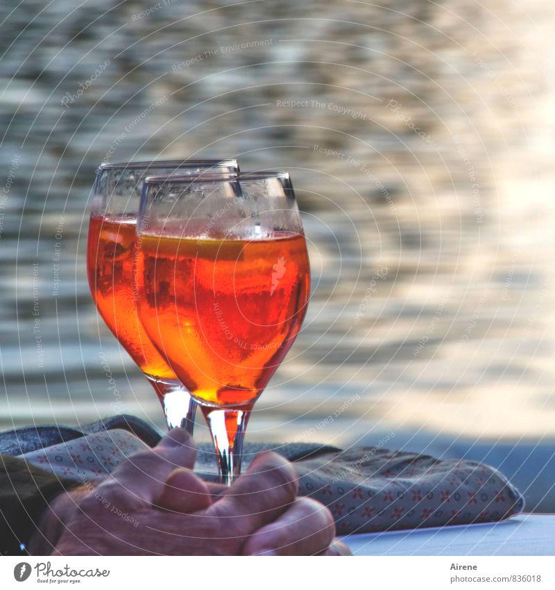 unvergesslicher Moment Mann Erholung Hand rot Erwachsene Glück Lifestyle Feste & Feiern orange maskulin Freizeit & Hobby genießen Getränk Lebensfreude Finger trinken