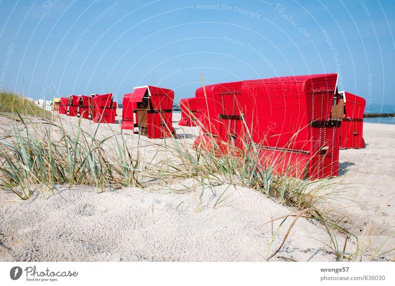 Strandkörbe | Annäherung Ferien & Urlaub & Reisen Tourismus Sommer Sommerurlaub Ostseeurlaub blau grün rot Strandkorb Stranddüne Sandstrand Blauer Himmel