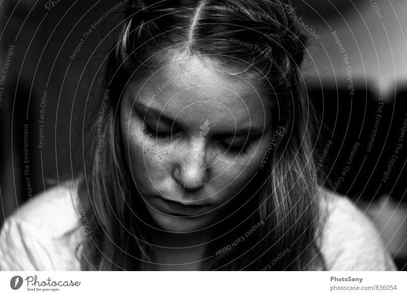 Nachdenklich. Mensch feminin Junge Frau Jugendliche Nase Mund Lippen 1 18-30 Jahre Erwachsene Haare & Frisuren kalt grau schwarz weiß Gefühle Stimmung Sorge