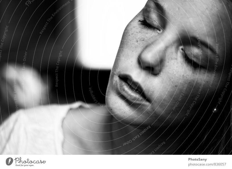 innehalten. Mensch feminin Nase Mund 1 authentisch grau schwarz silber weiß Schwarzweißfoto Innenaufnahme Textfreiraum links Tag Schatten Kontrast
