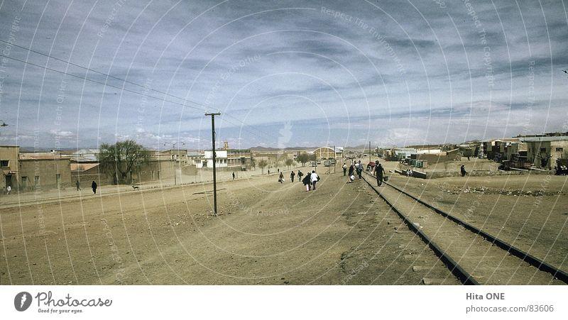 Zu Fuss den Schienen entlang Mensch alt Himmel Haus Straße Wege & Pfade gehen Armut laufen leer Niveau Ziel Gleise Nostalgie antik winken