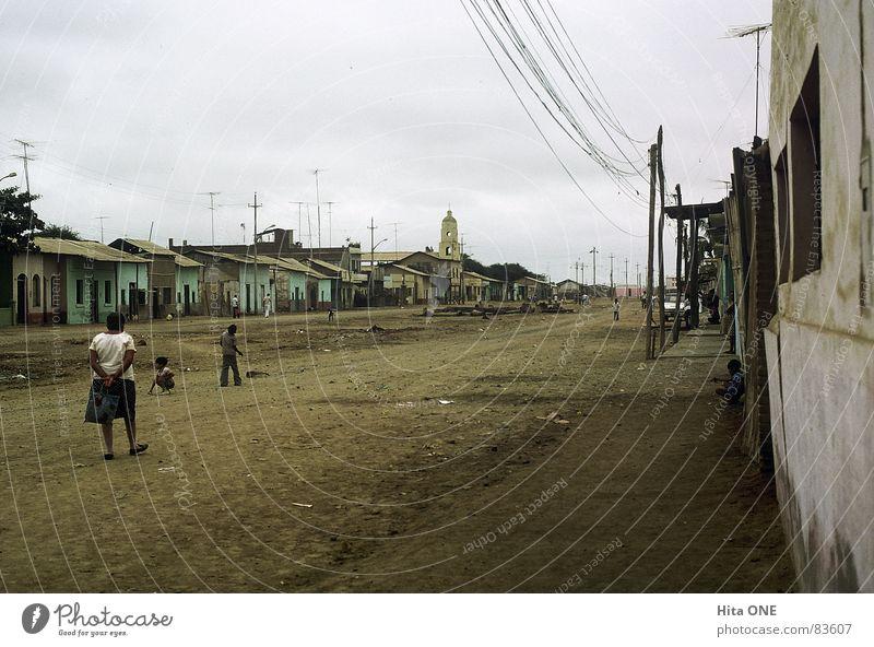 durch Raum und Zeit Mensch Kind alt Himmel Haus Straße Wand Wege & Pfade warten gehen Armut laufen leer Kabel Niveau stehen