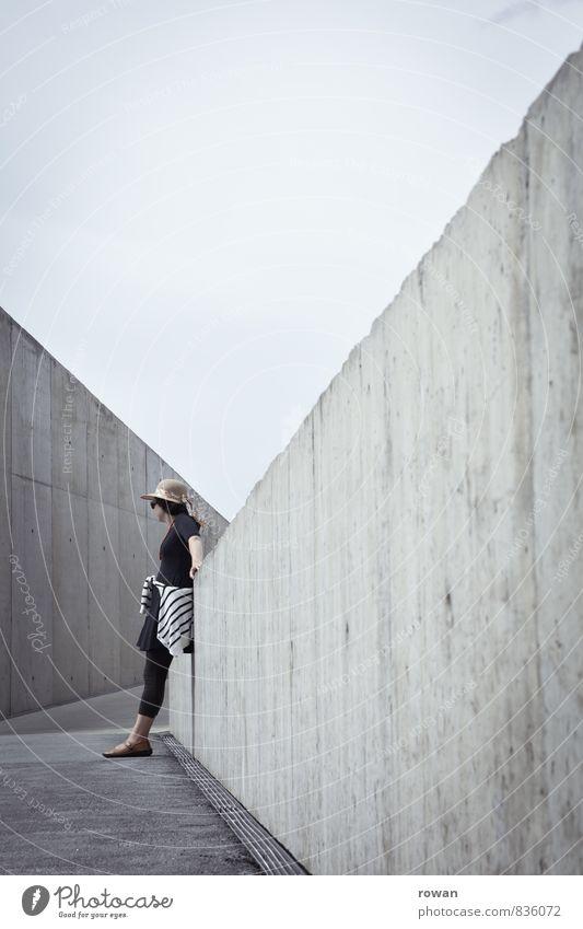 anlehnen Mensch feminin Junge Frau Jugendliche Erwachsene 1 Bauwerk Gebäude Architektur Mauer Wand Stadt grau Beton hart Wege & Pfade Asphalt modern einzeln
