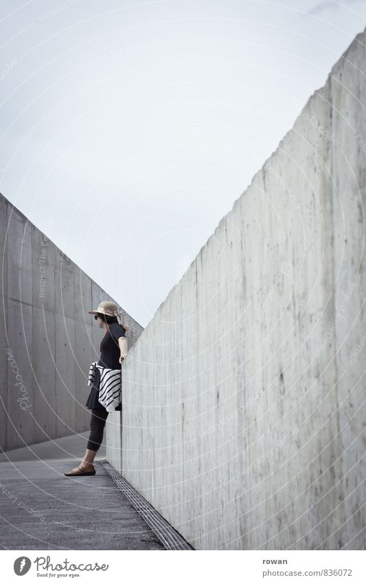 anlehnen Mensch Frau Jugendliche Stadt Junge Frau Erwachsene Wand feminin Architektur Wege & Pfade Mauer Gebäude grau modern einzeln Beton