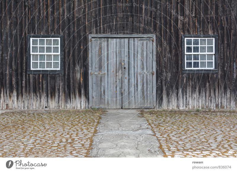 scheune Dorf Bauwerk Gebäude Mauer Wand Fassade Fenster Tür alt Scheune Scheunentor Eingang Eingangstor Holzfassade Bauernhof Landleben Farbfoto Außenaufnahme