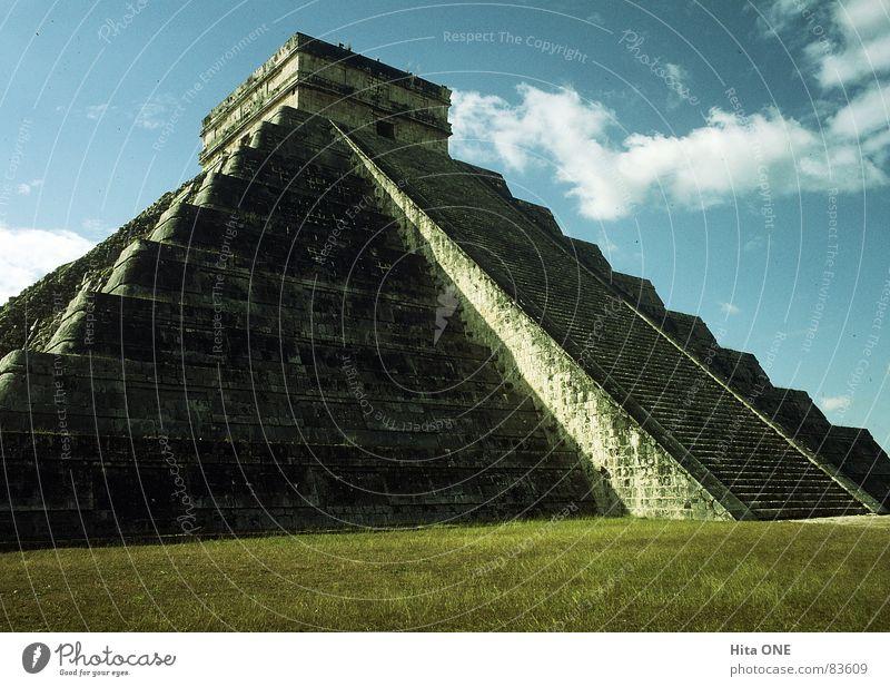Die Stufen Gottes alt Himmel grün ruhig Wolken Wiese oben Gras Stein Gebäude hoch Rasen Frieden Baustelle Kultur Bauwerk