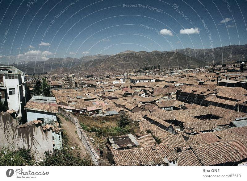 Südamerikanisches Patchwork Himmel Stadt Haus dunkel Berge u. Gebirge Gebäude Horizont Armut groß Perspektive Baustelle Dach USA Hügel Bauwerk Backstein
