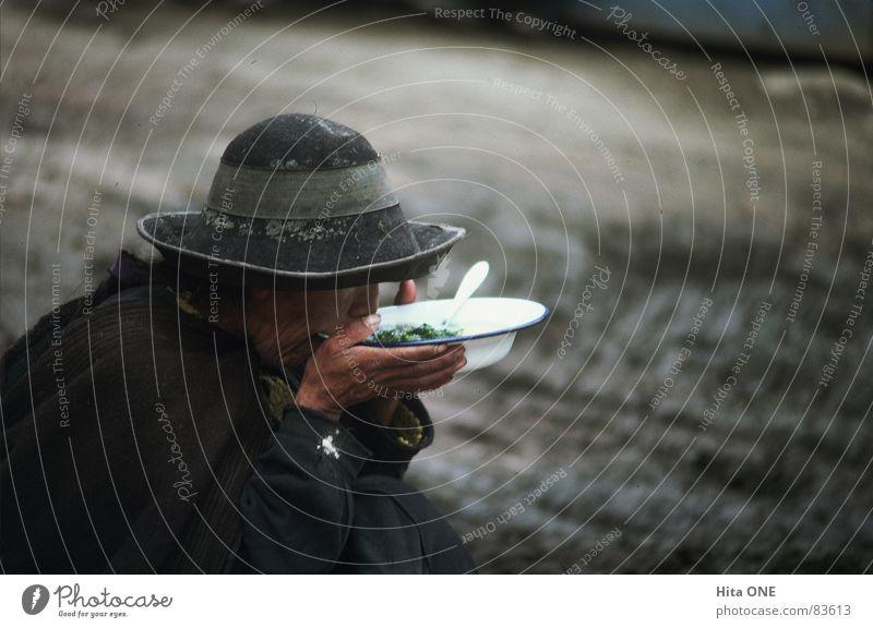 Lunch Time Filzhüte Esslöffel trinken Suppe Mahlzeit Armut kalt trist grau Indio Guatemala Südamerika Teller Löffel Hand Mittagessen verdrücken Einsamkeit