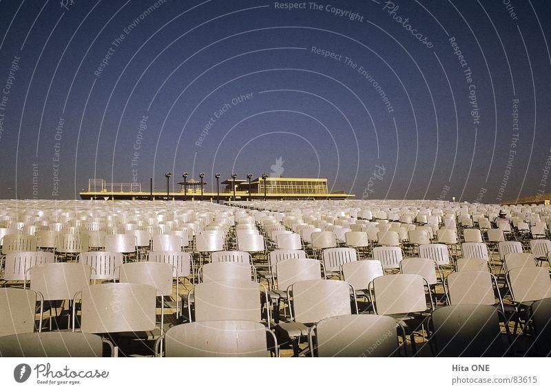 In erster Reihe Himmel hell Kunst mehrere Stuhl Klarheit Reihe Publikum viele Schönes Wetter Sitzgelegenheit Kunsthandwerk aufgereiht Campingstuhl Rangordnung Plastikstuhl