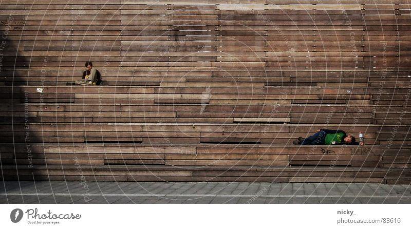get gone Mann Einsamkeit Holz Gebäude braun Zusammensein Hamburg sitzen Industrie Treppe offen liegen Mensch Holzmehl Schlachthof