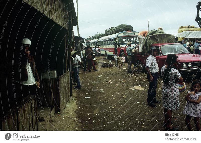 endlich.. Lieferwagen Mann Frau Bürgersteig dreckig Kleid Holzhütte dunkel Helm gestikulieren armselig Armut Ekel schlechtes Wetter Südamerika autoschlange