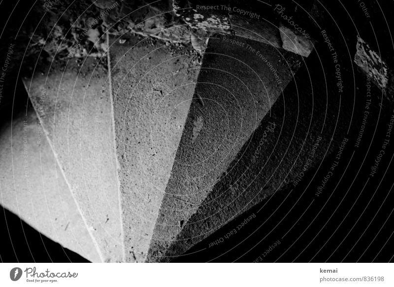 Downlight Mauer Wand Treppe Steinstufen Treppenhaus Beton dunkel hell Linie Fächerförmig Schatten Schwarzweißfoto Innenaufnahme Menschenleer Tag Licht Kontrast