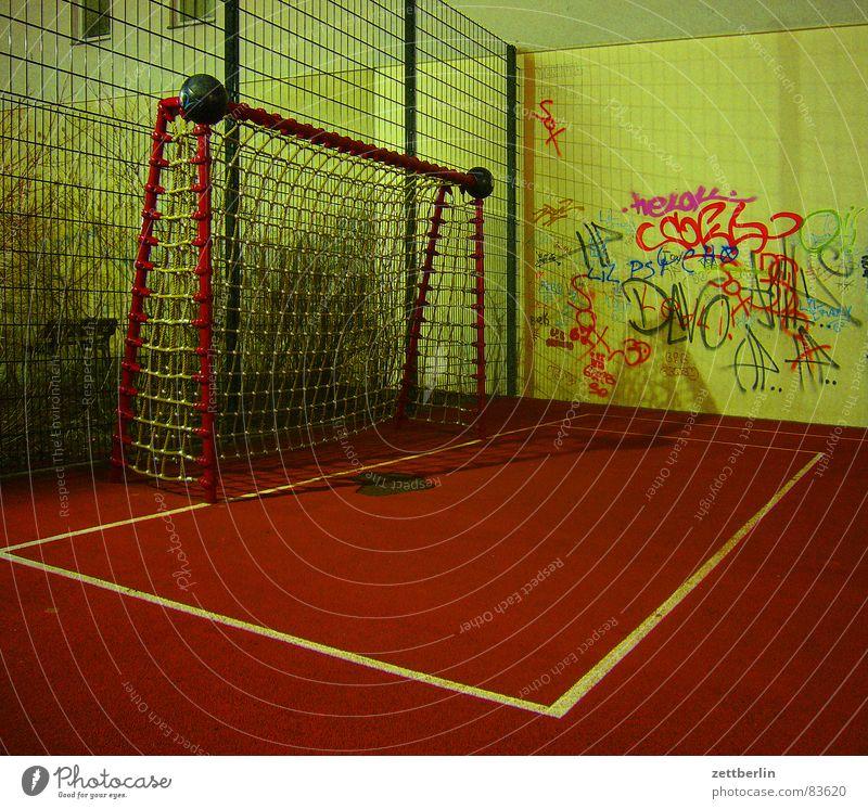 Spielplatz {m} = playground Eckstoß Tartan Vakuum Generationskonflikt Fußballtor Strafraum Wand Nacht Spielen Ballsport Fußballmannschaft Tod leer rot