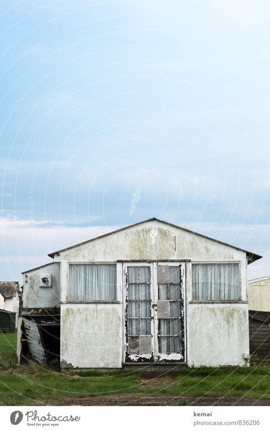 My home is my castle Himmel alt weiß Wolken Haus Fenster Wand Wiese Gebäude Mauer Häusliches Leben trist Tür authentisch kaputt Bauwerk