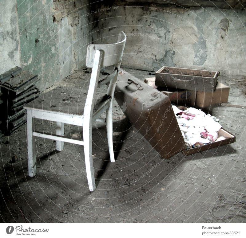Hals über Kopf Ferien & Urlaub & Reisen Einsamkeit schwarz Tod dunkel grau Wege & Pfade Traurigkeit Wohnung gehen dreckig liegen Armut trist Bodenbelag Stuhl