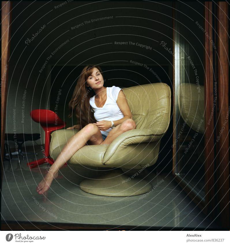 mit Schwung Jugendliche schön grün Junge Frau 18-30 Jahre Erwachsene feminin Häusliches Leben sitzen ästhetisch Coolness retro T-Shirt dünn sportlich Balkon