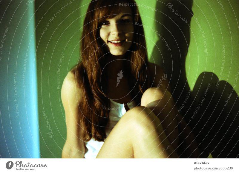 rein und pur schön Körperpflege Junge Frau Jugendliche 18-30 Jahre Erwachsene Unterhemd brünett langhaarig beobachten Kommunizieren Lächeln sitzen ästhetisch