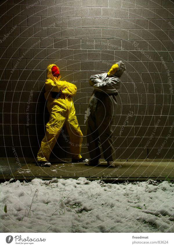 graugelb™ - posers Freude Winter gelb Schnee Wand grau Kunst lustig verrückt Körperhaltung Maske Anzug dumm Surrealismus Gummi sinnlos