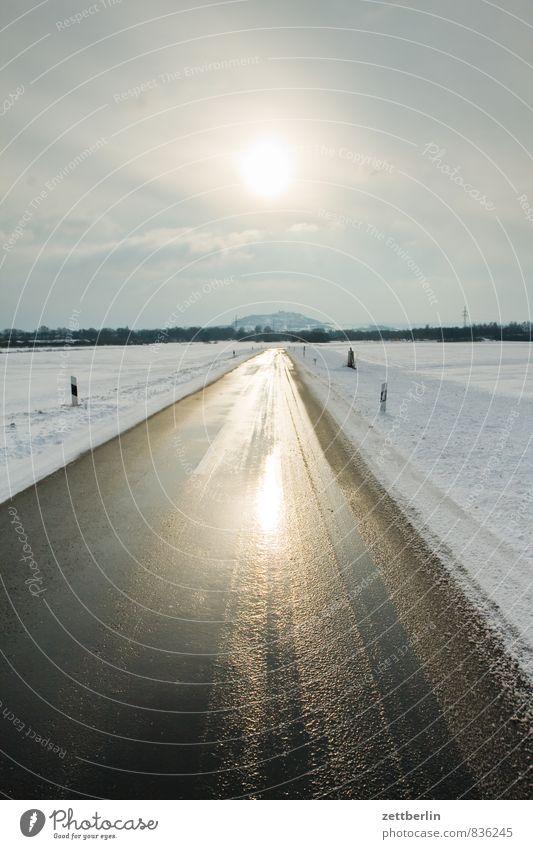 Gradeaus Landschaft Schnee Winter Winterdienst Winterurlaub Schneelandschaft Asphalt Straße Linie gerade geradeaus Ziel Horizont Sonne Gegenlicht amöneburg