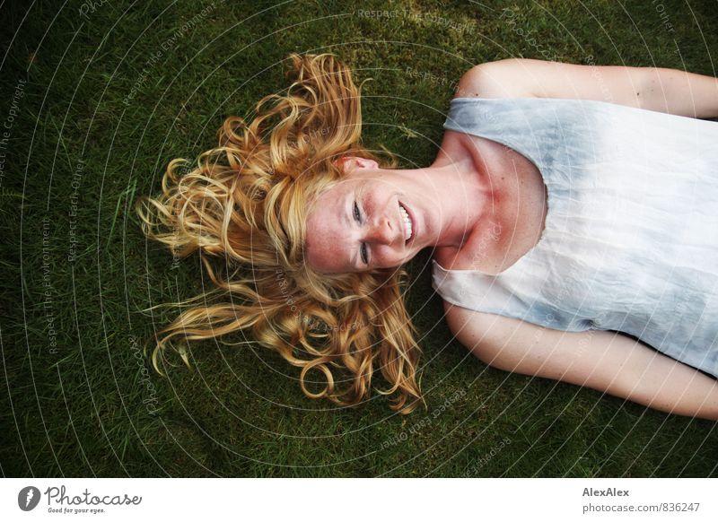 Meerjungfrau mit güldenem Haar Junge Frau Jugendliche Haare & Frisuren Sommersprossen 30-45 Jahre Erwachsene Gras Moos Garten Kleid blond langhaarig Lächeln