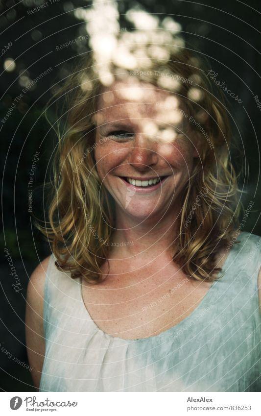 Das Frollein Ann Junge Frau Jugendliche Gesicht Sommersprossen 30-45 Jahre Erwachsene Pflanze Garten Kleid blond rothaarig langhaarig Fenster Fensterscheibe