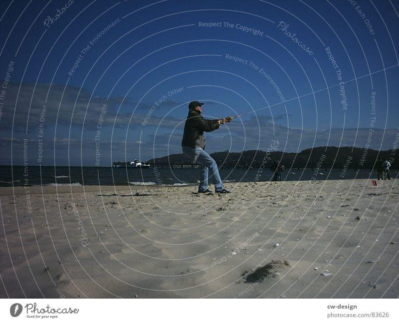 wenn große kinder spielen... Mensch Himmel schön Wasser Sommer Hand Meer ruhig Strand Ferne Junger Mann Spielen Küste See Sand springen