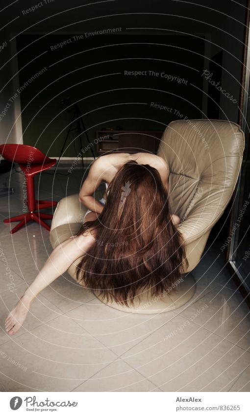 wild Werkstatt Sessel Hocker Junge Frau Jugendliche Beine Fuß Barfuß 18-30 Jahre Erwachsene brünett langhaarig Fensterscheibe sitzen ästhetisch sportlich