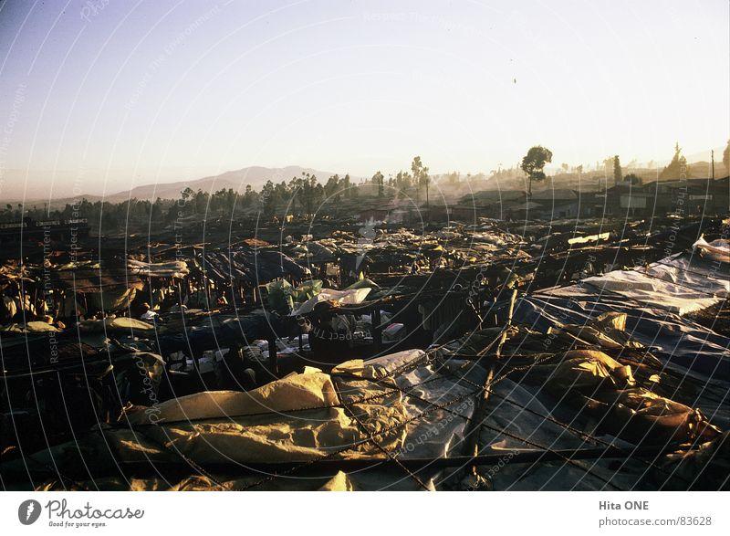 Im Süden nichts neues. Stoff Äthiopien Abdeckung Verbrauchsmaterial Ghetto armselig Armut chaotisch durcheinander Zelt Aussicht Nebel Schönes Wetter trist